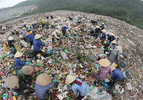 Bãi rác Khánh Sơn Đà Nẵng đang quá tải. Ảnh: Nguyễn Đông.