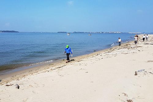 Đoàn công tác Tổng Cục trưởng Tổng cục phòng chống thiên tai khảo sát cồn cát. Ảnh: Đắc Thành.