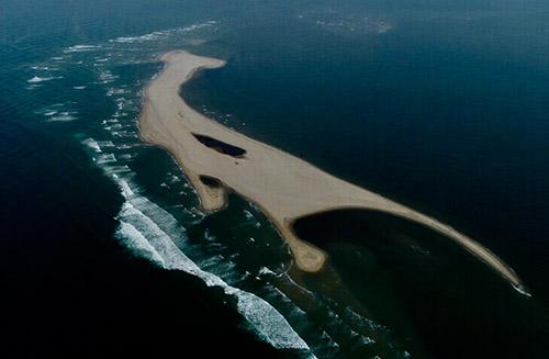 Cồn cát trên hình thành trên biển Cửa Đại giống hình khủng long, phía giữa có một hồ nước. Ảnh: Minh Hải.