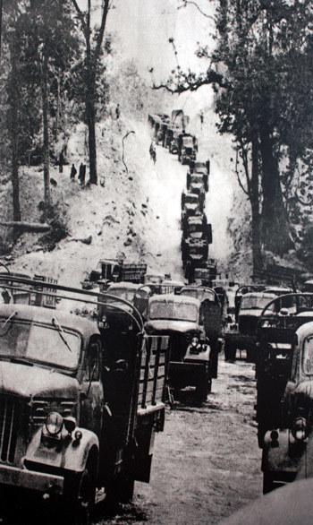 Đoàn xe vận tải hùng hậu trên đường Trường Sơn trong chiến dịch Hồ Chí Minh lịch sử. Ảnh tư liệu.