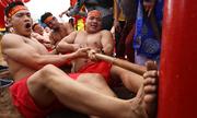 Trai làng ở Hà Nội đua sức trong lễ hội kéo co ngồi