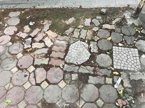 Vỉa hè trên đường Huỳnh Thúc Kháng nham nhở nhiều loại vật liệu. Ảnh: Gia Chính