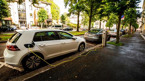 Ôtô dừng sạc điện trên một con phố ở Oslo, Na Uy. Theo kế hoạch, đến 2025, quốc gia này sẽ chỉ bán ôtôchạy điện. Ảnh: