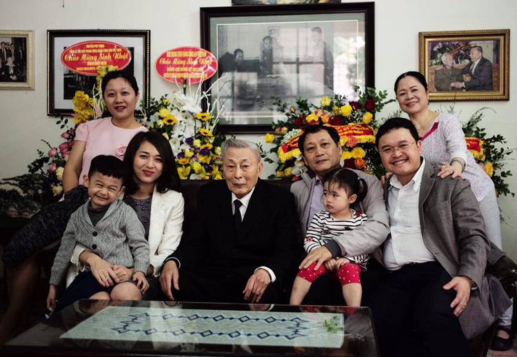 Trung tướng Đồng Sỹ Nguyên cùng con cháu trong gia đình. Ảnh: Gia đình cung cấp.