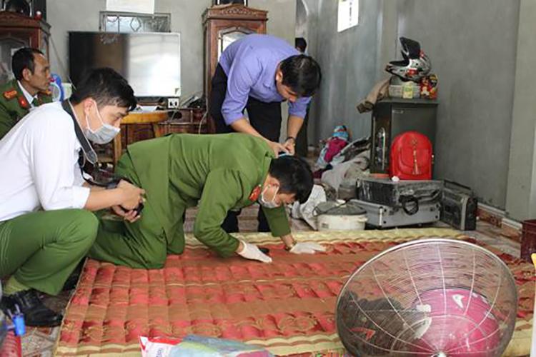 Cảnh sát khám nhà vợ chồng Công, Thu ở huyện Điện Biên. Ảnh: Công an Điện Biên.