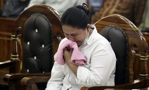 Meiliana bật khóc khi nghe tuyên án tại tòa án Bắc Sumatra hồi tháng 8/2018. Ảnh: AP.