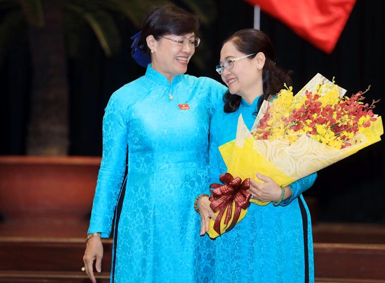 Bà Quyết Tâm (bên trái) tặng hoa cho tân Chủ tịch HĐND TP HCM. Ảnh: Hữu Khoa.