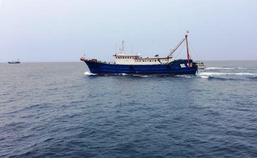 2 tàu cá Trung Quốc bỏ xâm phạm vùng biển Bạch Long Vỹ của Việt Nam đánh bắt cá trái phép vội vàng cặt vứt bỏ lại như cụ, tháo chạy về nước, khi thấy tàu kiểm ngư KN-106 và KN-106 cảu lực lượng chấp pháp Việt Nam xuất hiện. Ảnh: Kiểm ngư Vùng 1 Việt Nam cung cấp