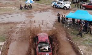 200 tài xế lái bán tải leo dốc, vượt bùn lầy trên đường đua Hà Nội