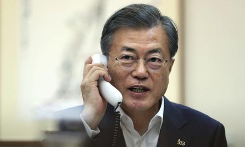 Tổng thống Hàn Quốc Moon Jae-in trong một cuộc điện đàm với người đồng cấp Mỹ Donald Trump từ Nhà Xanh ở Seoul. Ảnh: AP.