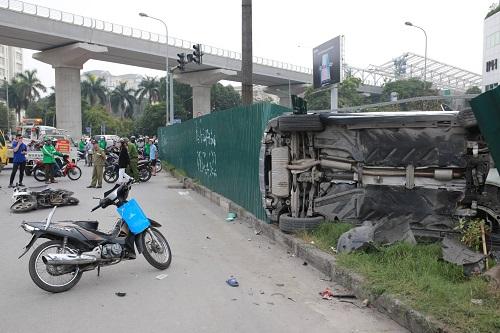 Ôtô đâm nhiều xe máy tại ngã tư Mai Dịch. Ảnh: Tất Định