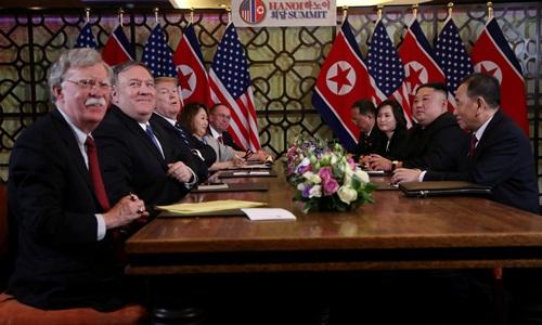 Phái đoàn Mỹ (trái) và Triều Tiên tại hội nghị thượng đỉnh lần hai ở Hà Nội hồi cuối tháng hai. Ảnh: Reuters.