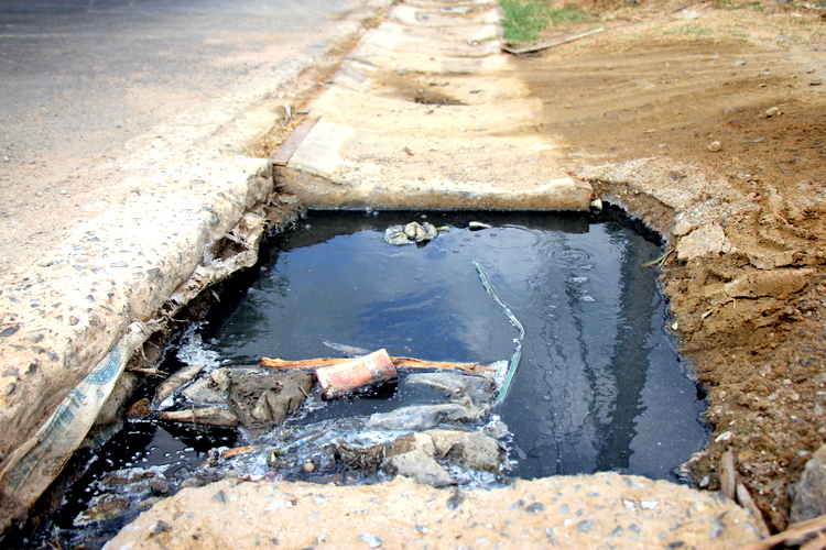 Nước ở con mương màu đen kịt, thối tanh. Ảnh: Nguyễn Khoa.