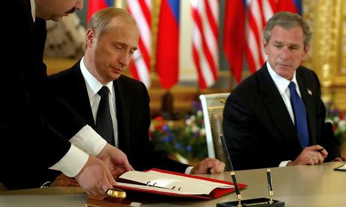 Putin ký hiệp ước giảm số đầu đạn hạt nhân với Bush ngày 24/5/2002. Ảnh: Sputnik.
