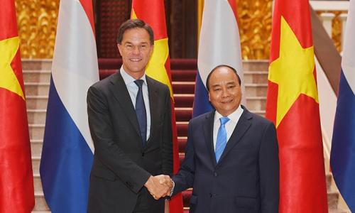 Thủ tướng Việt Nam Nguyễn Xuân Phúc, phải, đón Thủ tướng Hà Lan tại Hà Nội sáng 9/4. Ảnh: TGVN.