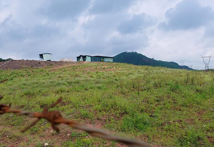 Thời điểm này không còn con bò nào được nuôi tại dự án, chuồng trại bỏ không. Ảnh: Đức Hùng
