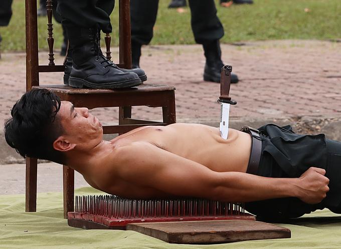 Màn khổ luyện thể hiện sức mạnh phi thường của cảnh sát cơ động