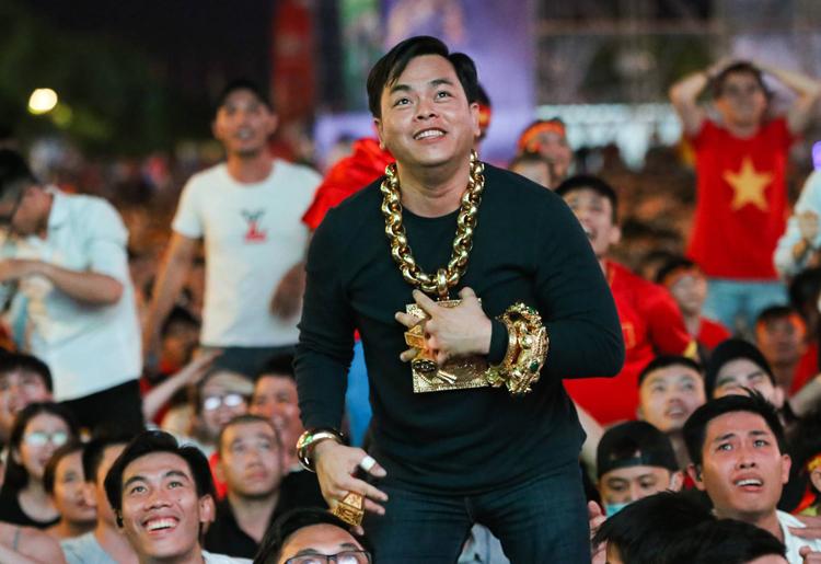 Phúc XO cổ vũ tuyển Việt Nam AFF Cup cuối năm 2018, tại phố đi bộ Nguyễn Huệ. Ảnh: Quỳnh Trần.