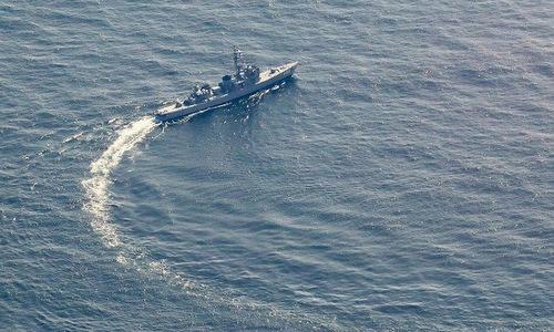 Tàu chiến Nhật tham gia tìm kiếm xác máy bay sáng 10/4. Ảnh: Mainichi.