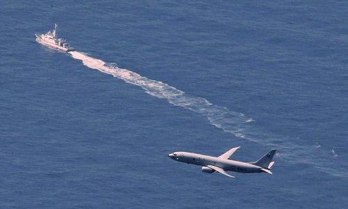 Tàu chiến Nhật và máy bay Mỹ tìm kiếm chiếc F-35A sáng 10/4. Ảnh: Mainichi.