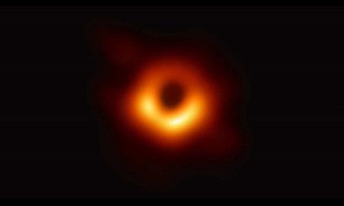 Hố đen ở thiên hà cách Trái Đất 55 triệu năm ánh sáng. Ảnh: EHT.