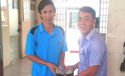 Thầy Luân (bên trái) tại buổi trao trả. Ảnh: Vân Đỉnh.