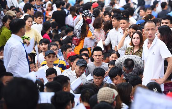 Hàng nghìn người đi xin visa mỗi ngày tại Đại sứ quán Hàn Quốc. Ảnh: Giang Huy.