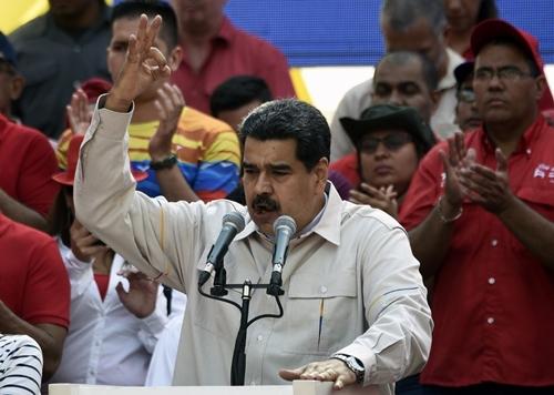 Tổng thống Maduro phát biểu trước người ủng hộ trong cuộc biểu tình ngoài Điện Miraflores ở thủ đô Caracas hôm 6/4. Ảnh: AFP.