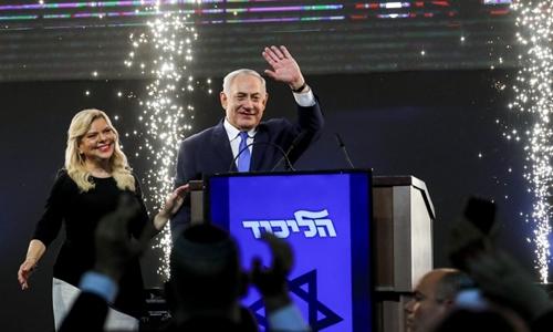 Thủ tướng Israel Benjamin Netanyahu gặp người ủng hộ tại trụ sở đảng Likud ở Tel Aviv ngày 10/4. Ảnh: AFP.