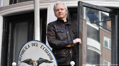 Julian Assange phát biểu trước báo giới từ ban công đại sứ quán Ecuador tại London, Anh, tháng 5/2017. Ảnh: Reuters.