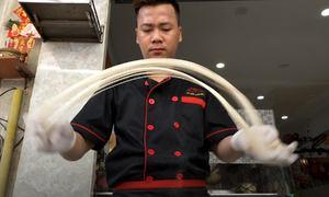Đầu bếp kéo mì như múa Kungfu ở Sài Gòn