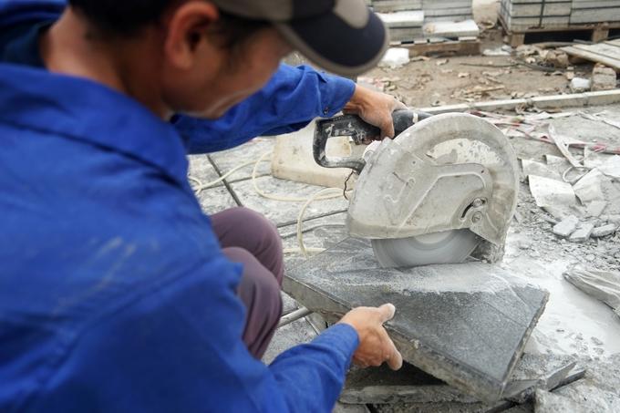 Gạch bê tông vân đá dùng ở phố Trần Đăng Ninh được nhập từ nhà máy ở Hưng Yên. Ảnh: Gia Chính