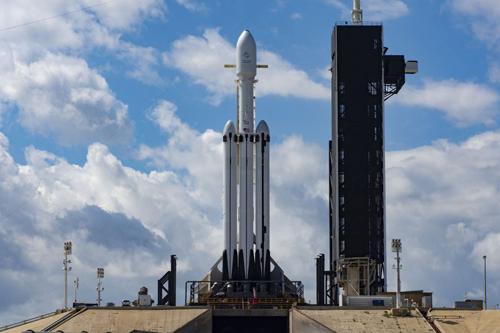 Tên lửa Falcon Heavy được đặt trên bệ phóng, sẵn sàng khởi hành. Ảnh: SpaceX.