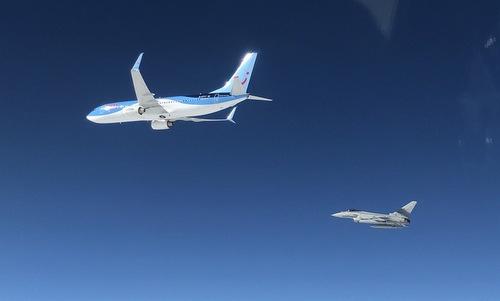 Chiếc Boeing 737 (trái) được hộ tống bởi biên đội Typhoon. Ảnh: ItAF.