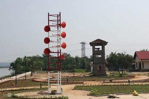 Dàn loa ở bờ nam di tích Đôi bờ Hiền Lương - Bến Hải được phục dựng với màu cam. Ảnh: Quang Hà