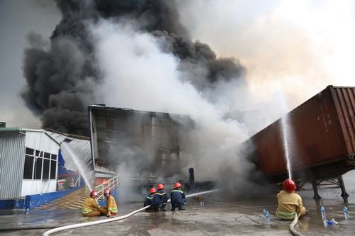 Nhiêu cảnh sát PCCC vẫn đang cố gắng dập lửa. Ảnh: Phước Tuấn