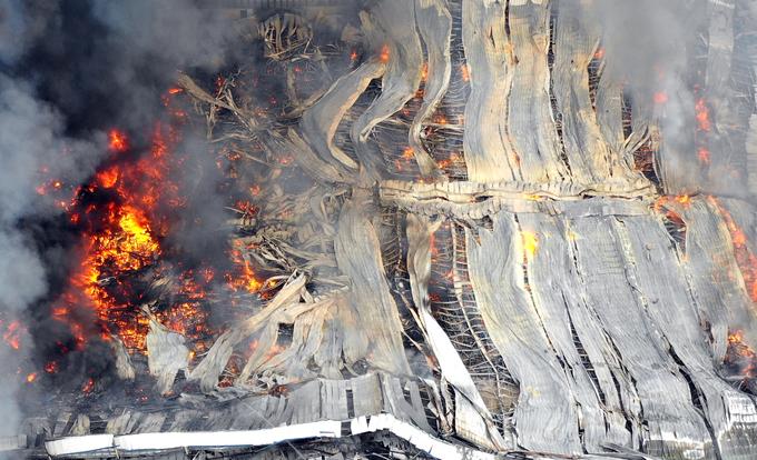 Kho hàng gần 20.000 m2 ở Bình Dương đổ sập sau hỏa hoạn