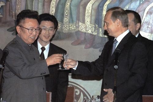 Lãnh đạo Triều Tiên Kim Jong-il (trái) và Tổng thống Putin tại Moskva tháng 8/2001. Ảnh: KCNA.