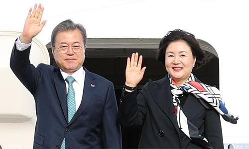Tổng thống Hàn Quốc Moon Jae-in cùng phu nhân tới sân bay quân sự Andrews, Washington, Mỹhôm 10/4. Ảnh: Yonhap.