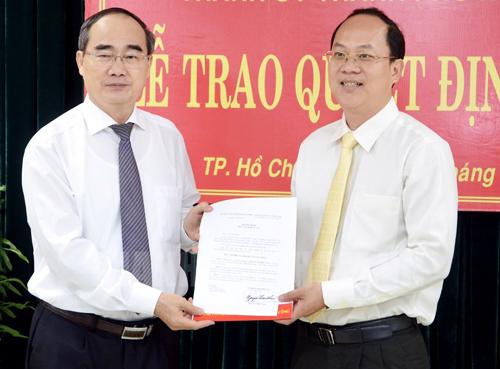 Bí thư Thành ủy TP HCM Nguyễn Thiện Nhân trao quyết định cho ông Nguyễn Hồ Hải. Ảnh: Website Thành ủy TP HCM