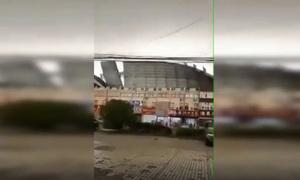 Gió mạnh khiến tòa nhà tốc mái, ôtô rơi xuống sông ở Trung Quốc