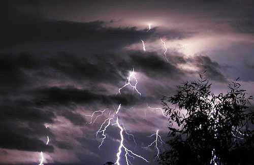 Trong cơn mưa giông có thể xuất hiện sấm sét.