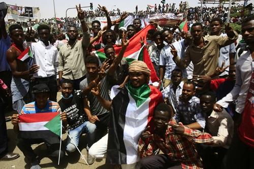 Người dân Sudan ăn mừng ở thủ đô Khartoum sau khi tổng thống Bashir bị lật đổ. Ảnh: AFP.