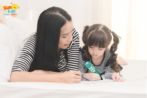 Với phương pháp Tự học có định hướng, trẻ có thể học tiếng Anh cùng bố mẹ.