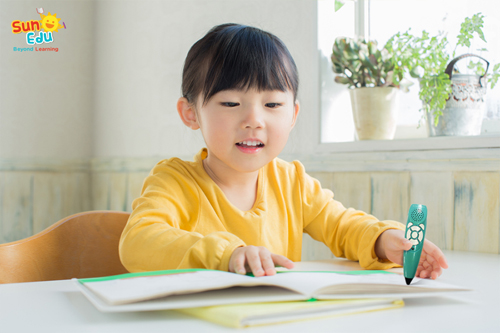 Bút chấm đọc và bộ giáo trình giúp bé tự khám phá ngôn ngữ.