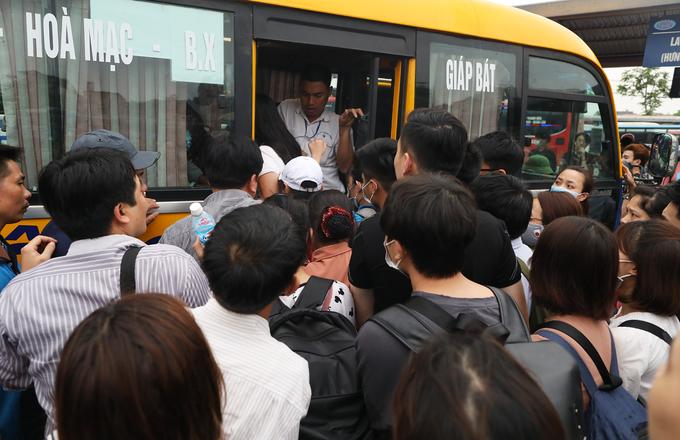 Người dân rời Hà Nội nghỉ lễ giỗ tổ Hùng Vương