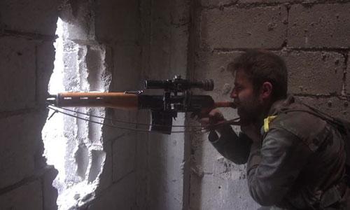 Một binh sĩ Syria sử dụng súng trường bắn tỉa của Nga. Ảnh: SANA.