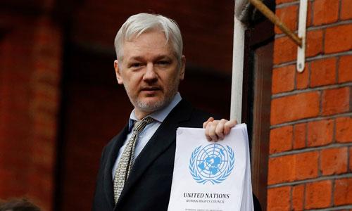 Assange phát biểu với các phóng viên từ ban công đại sứ quán Ecudador ở London năm 2016. Ảnh: AAP.
