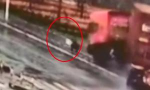Người phụ nữ Trung Quốc thoát nạn khi xe đầu kéo lao lên vỉa hè