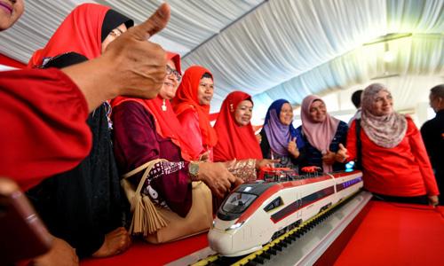 Mô hình tàu hỏa trong lễ khởi công dự án Tuyến Đường sắt Bờ Đông (ECRL) tại Malaysianăm 2017. Ảnh: Xinhua.